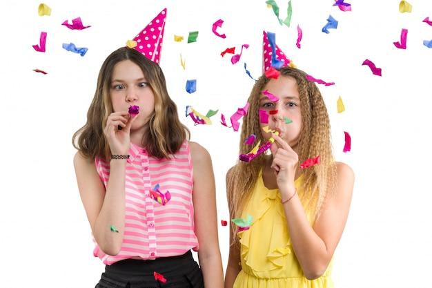 Ragazze teenager allegre divertenti in cappelli di festival