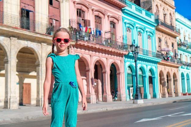 Ragazze turistiche nella zona popolare di l'avana, cuba. sorridere del viaggiatore della giovane donna