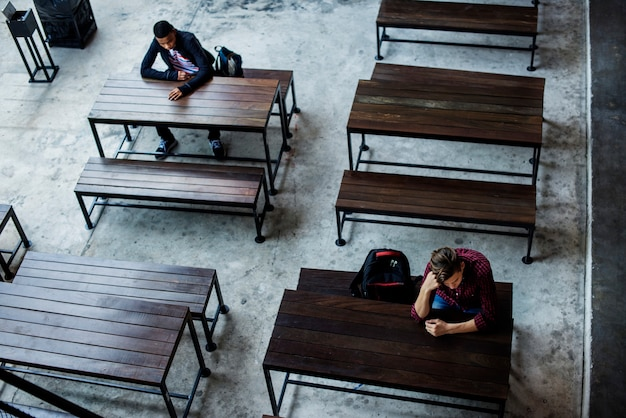 Ragazzi adolescenti seduti da soli in una mensa vuota
