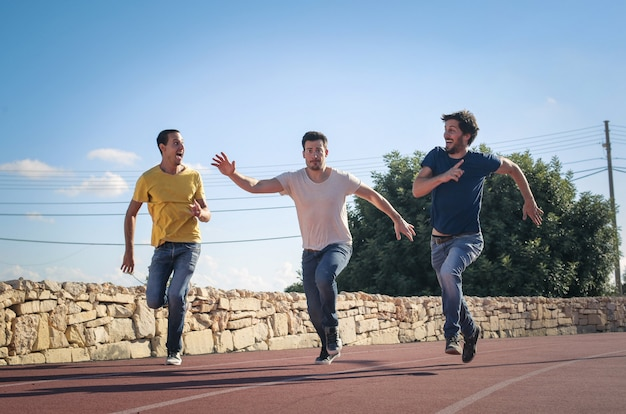 Ragazzi adulti che si divertono e corrono