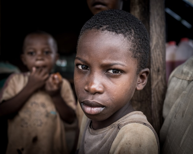 Ragazzi africani nel ritratto del villaggio