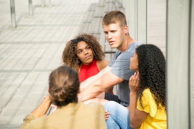Ragazzi caucasici e ragazze di razza mista si incontrano all'aperto