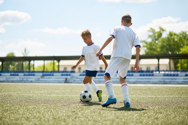 Ragazzi che giocano a calcio all'aperto