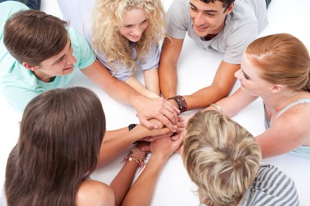Ragazzi che giocano ai giochi con le mani sul pavimento