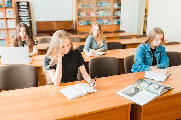 Ragazzi che studiano in classe