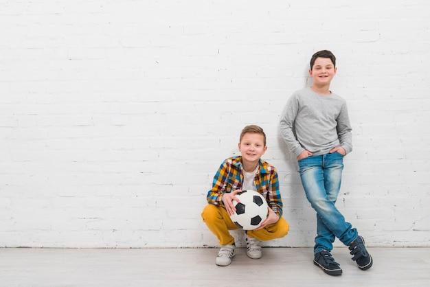 Ragazzi con pallone da calcio