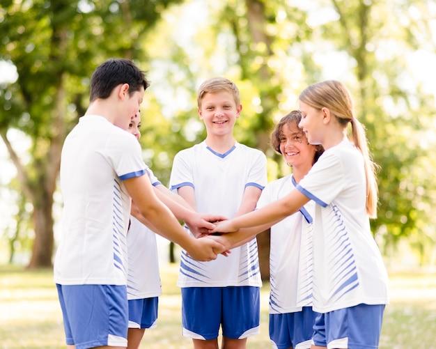 Ragazzi entusiasti che si preparano a giocare a calcio