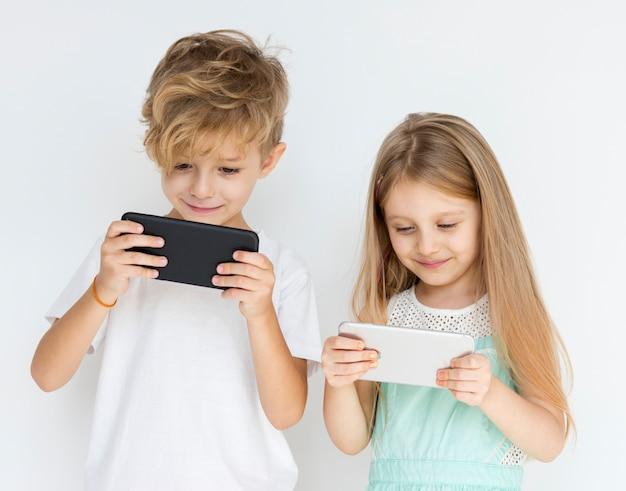 Ragazzini che usano gli smartphone