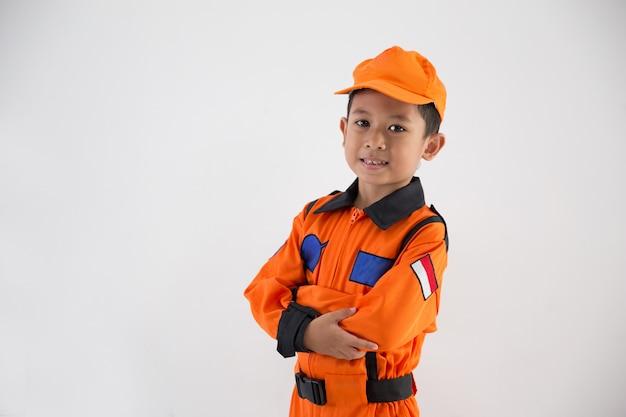 Ragazzino asiatico con uniforme tecnico, ingegnere o astronauta