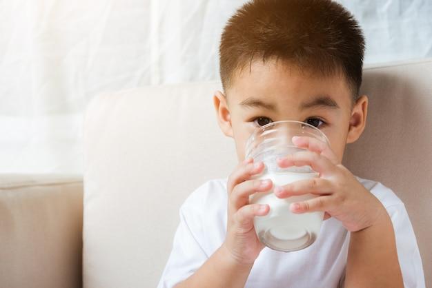 Ragazzino bere latte ritratto