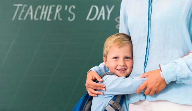 Ragazzino che abbraccia il suo insegnante