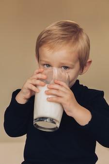 Ragazzino che beve latte