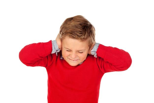 Ragazzino che copre le orecchie