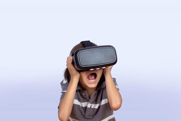 Ragazzino che gioca ai videogiochi con la realtà virtuale.