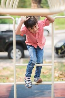 Ragazzino che gioca al parco giochi arrampicata