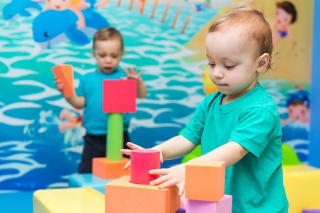 Ragazzino che gioca con i cubi