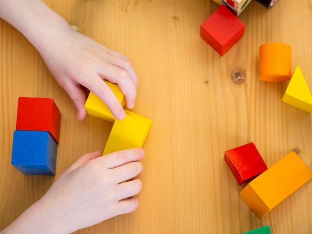 Ragazzino che gioca con il gioco di forme colorate