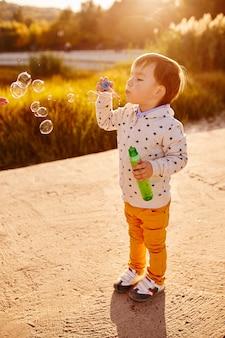 Ragazzino che gioca con le bolle di sapone