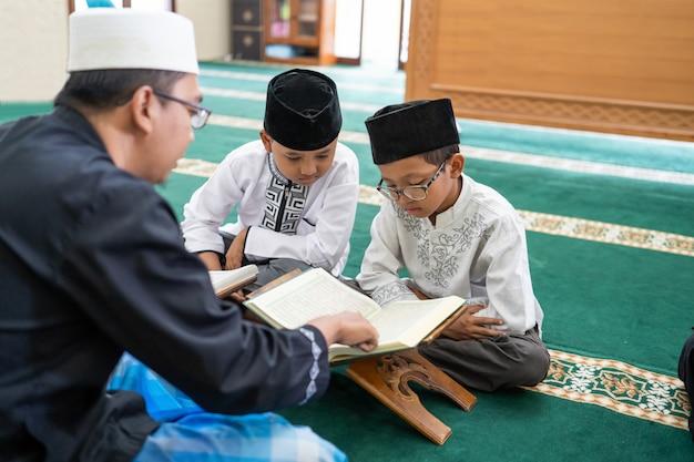 Ragazzino che impara a leggere il corano
