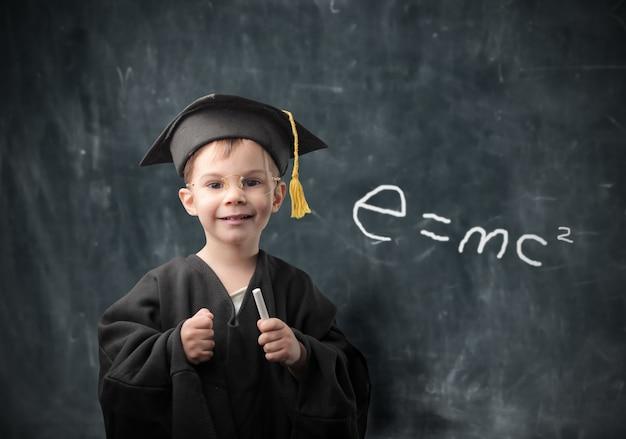 Ragazzino che sogna di laurearsi