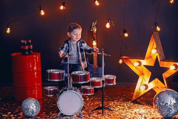 Ragazzino che suona la batteria sul palco