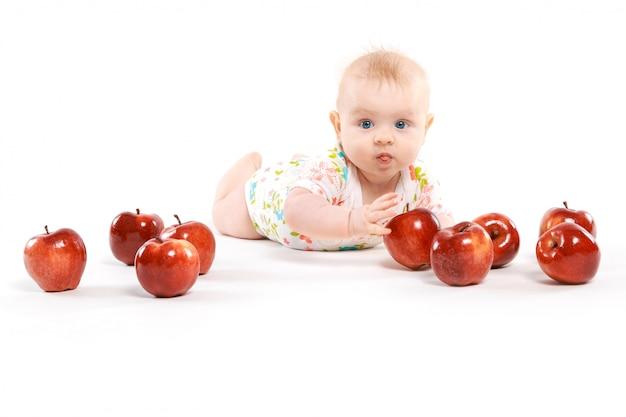 Ragazzino circondato da mele rosse