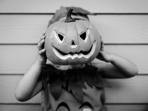 Ragazzino con la zucca di halloween