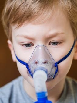 Ragazzino con maschera di ossigeno