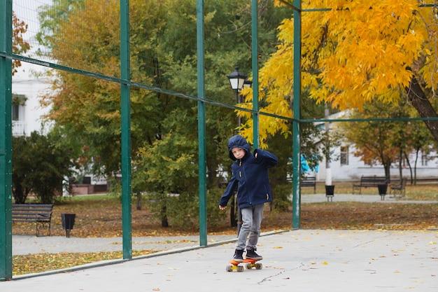 Ragazzino con uno skateboard penny