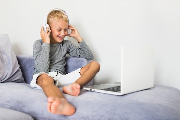 Ragazzino divertendosi con il computer portatile
