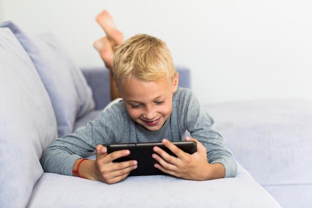 Ragazzino divertendosi con il tablet