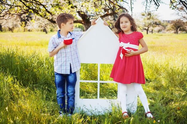 Ragazzino e ragazza nel parco. il concetto di infanzia e stile di vita.