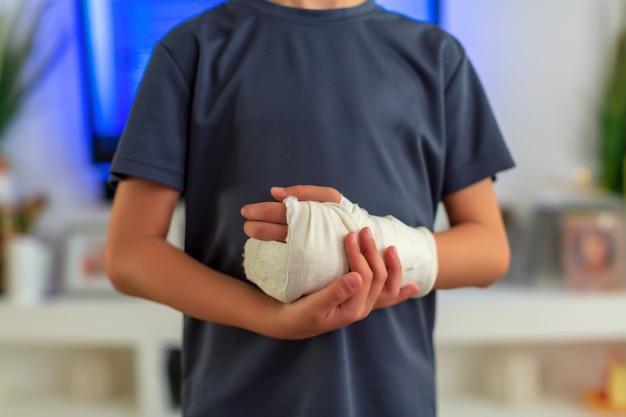 Ragazzino in un cast.child con un braccio rotto