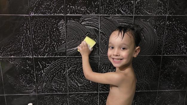 Ragazzino lava le piastrelle nel bagno