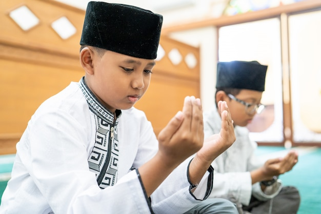 Ragazzino musulmano che prega dio