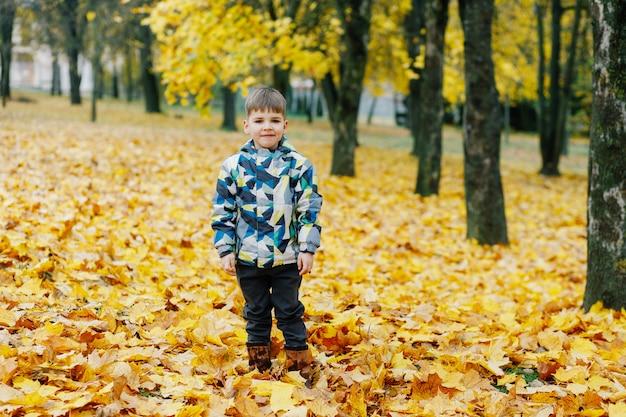 Ragazzino nel parco d'autunno