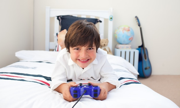 Ragazzino sveglio che gioca ai videogiochi
