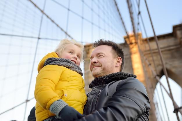 Ragazzino sveglio e suo padre sul ponte di brooklyn