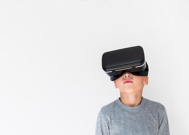 Ragazzino utilizzando occhiali per realtà virtuale