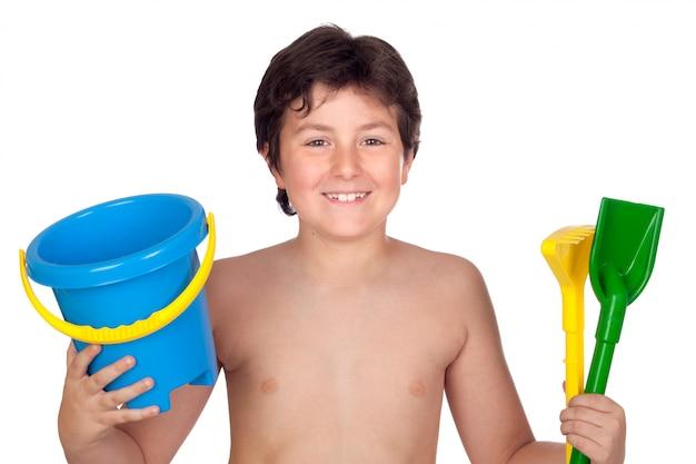 Ragazzo adorabile che gioca con il giocattolo per la spiaggia