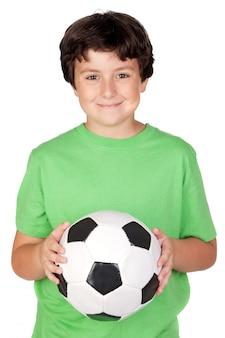 Ragazzo adorabile con una sfera di calcio isolata su priorità bassa bianca