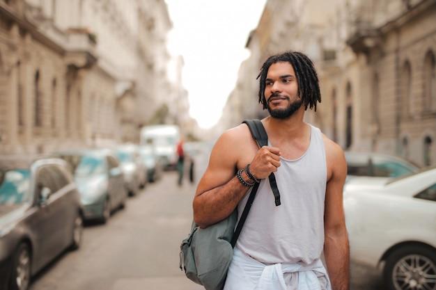 Ragazzo afro in una città urbana