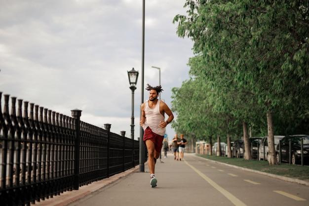 Ragazzo afro jogging in città