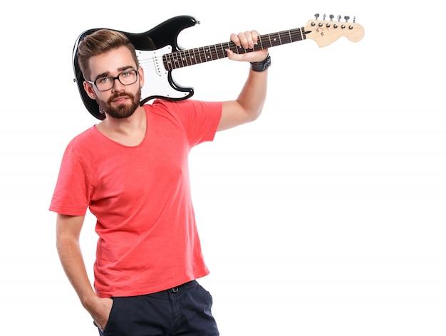 Ragazzo alla moda con una chitarra