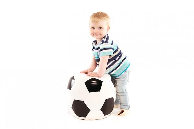 Ragazzo allegro con un pallone da calcio