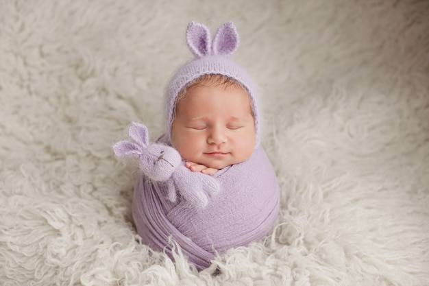 Ragazzo appena nato sessione fotografica di un neonato. neonato in un cappello bunny