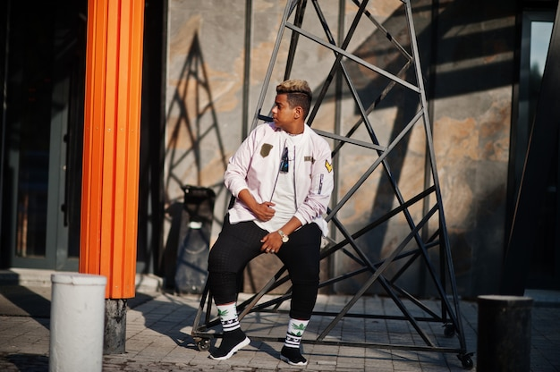 Ragazzo arabo alla moda hipster uomo in posa all'aperto in strada. cantante rap in stile.