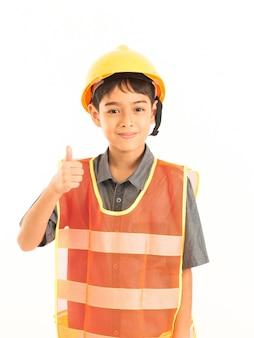 Ragazzo asiatico con l'ingegnere e cappello giallo di sicurezza su fondo bianco