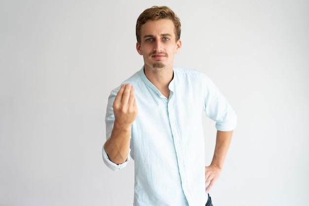 Ragazzo biondo ispirato che esprime una forte emozione mentre spiega qualcosa.
