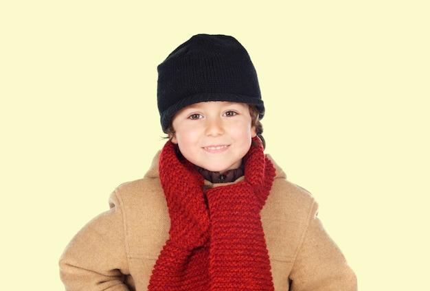 Ragazzo carino con sciarpa in maglia di colore rosso